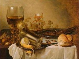 Stilleven met roemer, zoutvat en gerookte vis op een wit gedekte tafel