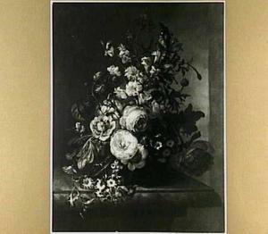 Bloemen in een vaas op een marmeren plint voor een nis