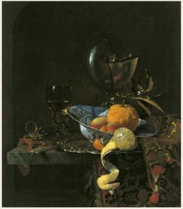 Stilleven met nautilusbeker, porseleinen kom met vruchten en glaswerk