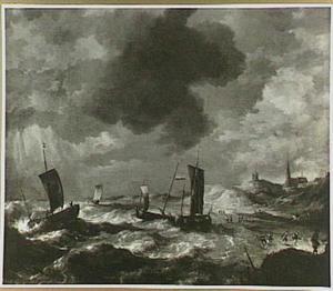 Visserschepen bij het strand bij opkomend zwaar weer