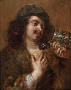 Jonge man kijkend in zijn lege bierpul (de smaak)