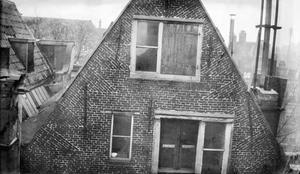 De achtergevel van het huis aan de Oudzijds Voorburgwal nr. 211 te Amsterdam