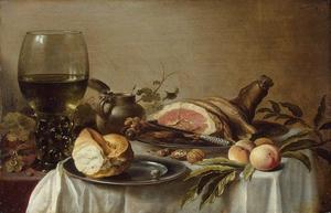 Stilleven met grote roemer, stuk ham, brood en mosterdpot