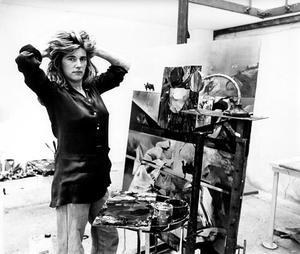 Portret van Gerti Bierenbroodspot met een van haar schilderijen