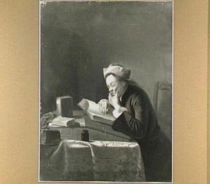 Interieur met een in een boek lezende man