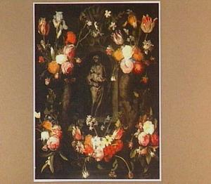Standbeeld van een Madonna met Kind in een nis, omgeven