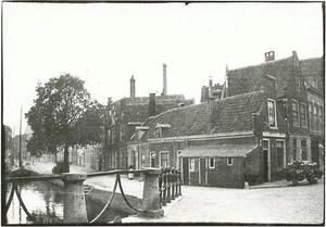 Gezicht op een brug te Haarlem