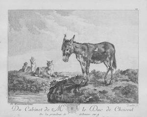 Ezel op een weide met op de achtergrond een liggend paard en enkele figuren