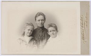 Portret van Sara Kips (1864-1965), Johanna Elisabeth Heynsius (1899-1987) en Adrianus Heynsius (1896-1975)