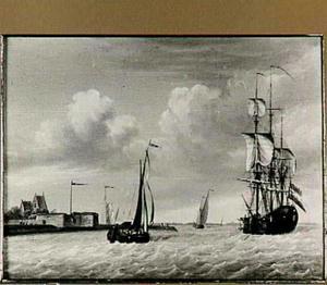 Schepen op de Westerschelde voor Fort Rammekens bij Vlissingen