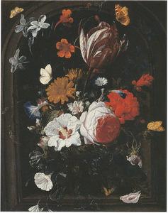 Bloemen in een glazen vaas, in een nis