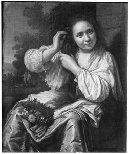 Jonge vrouw die bloemen in het haar doet