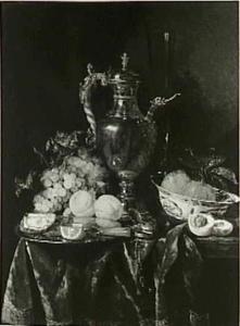 Stilleven met vruchten, oesters, porseleinen schaal, zilveren tuitkan en horloge op een donker tafelkleed