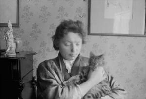 Marie Breitner Jordan op jonge leeftijd met een kat