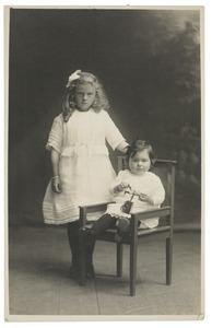 Portret van Anna Visser en Iebeltje Visser
