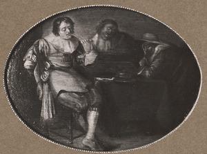 Drie mannen roken en spelen triktrak