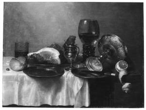 Stilleven met een ham, mosterdpot, roemer en zilveren tazza