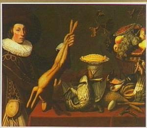 Een jonge jager houdt een haas op naast een tafel met een stilleven