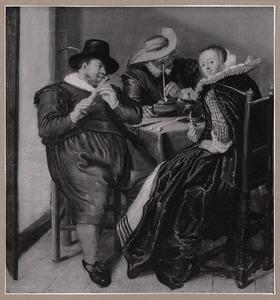 Elegant musicerend, rokend en drinkend gezelschap in een interieur