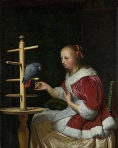 Jonge vrouw in een rood huisjasje die een papegaai voert