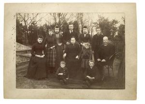 Portret van Johannes Josephus Jurrissen (1839-1922), Eva Alida Rietveld (1866-1935) en hun kinderen