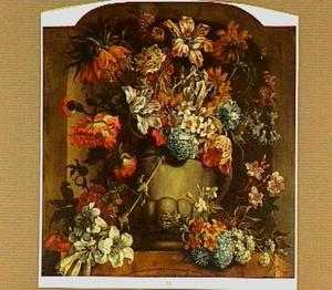 Stenen vaas met bloemen in een nis