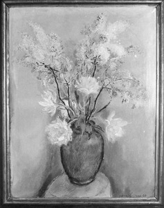 Stilleven met bloemen in bolvormige vaas op tafeltje