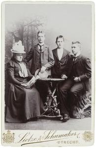 Portret van Joanna Maria Strick van Linschoten (1850-1907) en drie zoons
