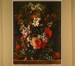 Bloemen, gedrapeerd om een tuinvaas