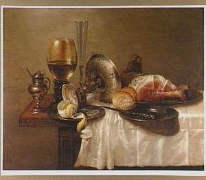 Stilleven met een omgevallen tazza, een zoutvat, een roemer en een fluitglas en een tinnen bord met ham