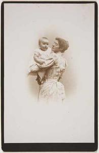 Portret van Henriette Constance Adèle Labouchère (1860-1935) met dochtertje Agnes Henriette Caroline van Lennep (1892-1894)