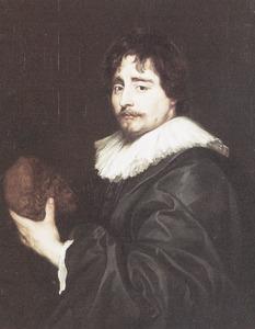 Portret van een man met een gebeeldhouwd Silenus-kopje in de hand