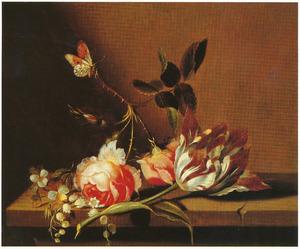 Bloemen op een stenen plint