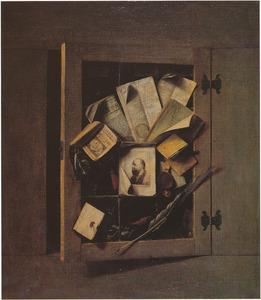 Trompe l'oeil met openstaand glas-in-loodvenster waarop brieven zijn bevestigd