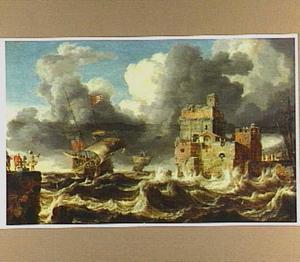 Engels schip vaart voor de wind een haven binnen; rechts enige figuren op een kademuur