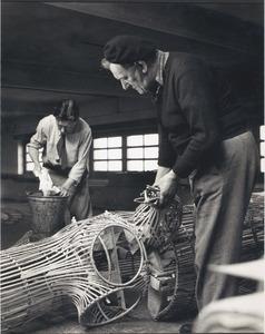 Fiedler werkend aan decors voor Wagner's Lohengrin, samen met chef decorateur G.M.J. Scheender.