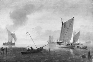 Vissers halen hun netten binnen vanuit een roeibootje; in de achtergrond varen schepen uit