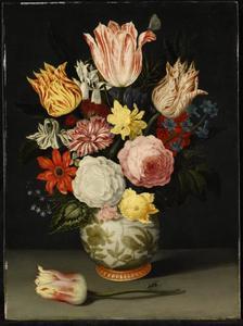 Bloemen in een porseleinen vaas, daarvoor een liggende tulp met vlieg