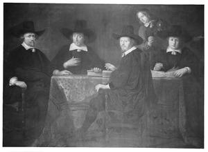 Drie burgemeesters van Weesp met de stadssecretaris en bode