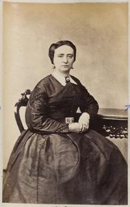 Portret van een vrouw uit familie Hendrichs of uit familie De Vries