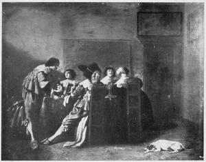 Drinkend gezelschap rond een tafel in een interieur