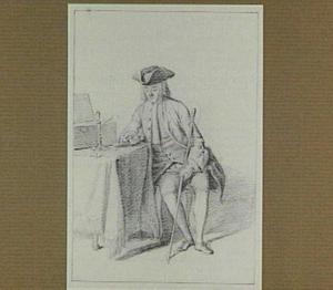 Zittende man met driekante steek, een kandelaar bekijkend