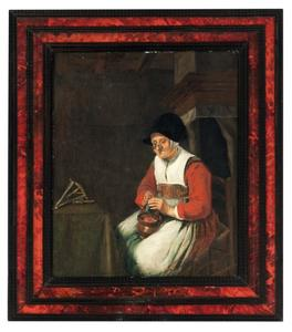 Oude zittende vrouw in een interieur met een vlaswinder