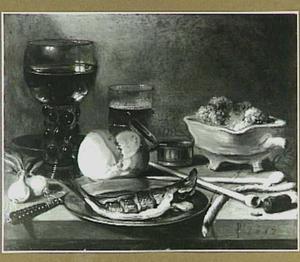 Stilleven met glaswerk, rookgerei, vis, uitjes en een  broodje op een onbedekte tafel