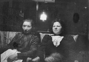 Portret van Marie Jordan Breitner en een onbekende vrouw aan de Overtoom te Amsterdam