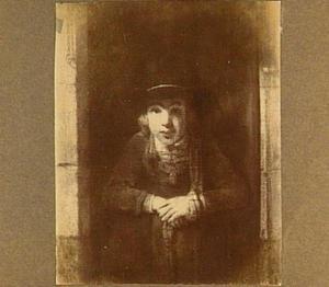 Jongeman aan de onderdeur, met een hoed versierd met parels en met een gouden medaillon
