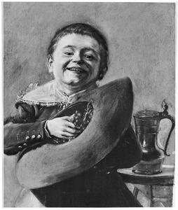 Lachende jongen met druiven in zijn hoed