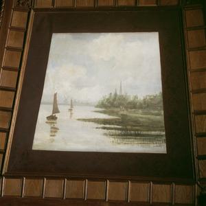 Zeilbootjes op een meer met op de achtergrond een stadsgezicht