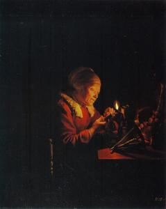 Oude vrouw die garen wikkelt bij het licht van een olielamp