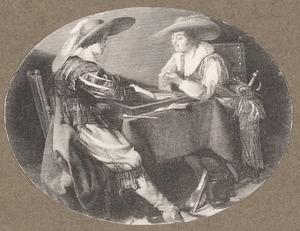 Twee jonge mannen spelen triktrak